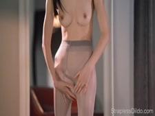 الهواة القوطي فتاة في سن المراهقة مارس الجنس مع قضيب جلدي. مشاهدة كاملة على hotcamgirls.